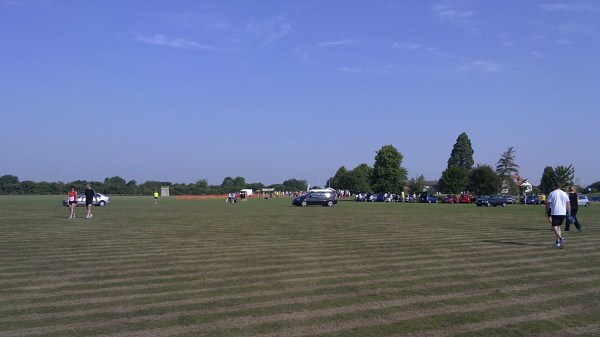 Runners arriving for the start of the Thame 10k in the baking heat.