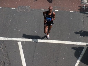 Mo Farah entering the final kilometre of the BUPA 10k in the lead and looking strong